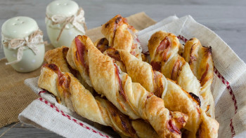 Baghete din foietaj cu salam si cascaval